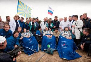 Expedition 24 - I tre astronauti pochi minuti dopo l'uscita dalla capsula