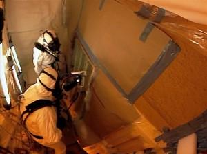 I tecnici stanno ricoprendo il serbatoio esterno con la schiuma