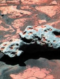 """Fotografia del meteorite """"Oileán Ruaidh"""" effettuata dal rover Opportunity"""