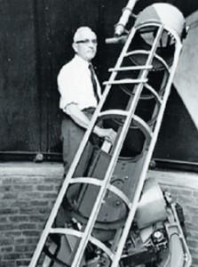 """John Bennett (1914-1990), amatore sudafricano molto noto nel mondo anglosassone per le sue survey del cielo australe e per aver scoperto con il suo rifrattore da 5"""" due comete che portano il suo nome. Fu anche il primo osservatore in assoluto a scoprire visualmente una supernova (nel 1968, in M83)."""