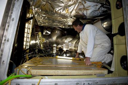 STS-134 riparazione sul pad