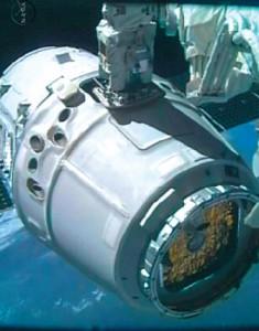 La capsula Dragon viene agganciata dal braccio robotico della ISS.