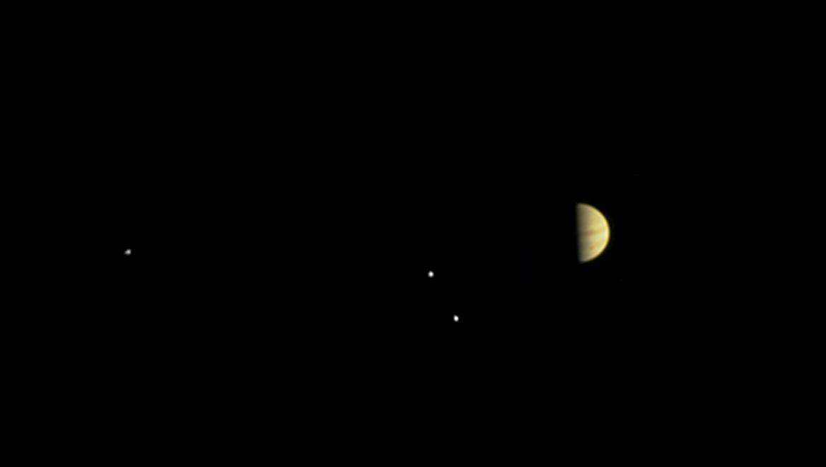 Una bella fotografia di GIove con i suoi satelliti, scattata dalla camera Junocam a bordo della sonda NASA Juno in avvicinamento a Giove. Crediti: NASA/JPL