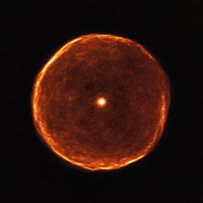 La bolla di gas esplusi e illuminati dalla stella esotica U Antliae, nella costellazione della Macchina Pneumatica