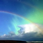 Moonbow: un doppio arcobaleno lunare con aurora