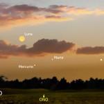 Tramonto con una sottile falce di Luna, Marte e Mercurio