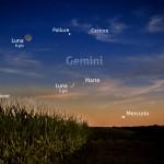 La sottile falce di Luna, Marte e Mercurio al tramonto