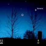 Una sottile falce di Luna crescente e Venere nel cielo della sera